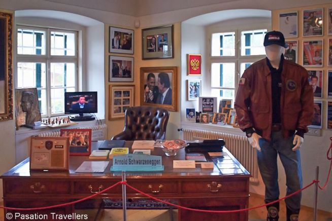 arnold-schwarzenegger-museum-the-desk